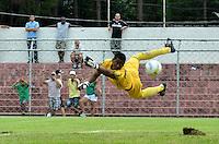 SÃO PAULO, SP, 06 DE JANEIRO DE 2013 - COPA SÃO PAULO DE FUTEBOL JUNIOR - PARANA x PONTE PRETA: Lance da partida Parana x Ponte Preta, válida pela primeira fase Grupo Z da Copa São Paulo de Futebol Junior, disputado no estádio Comendador Souza em São Paulo. FOTO: LEVI BIANCO - BRAZIL PHOTO PRESS