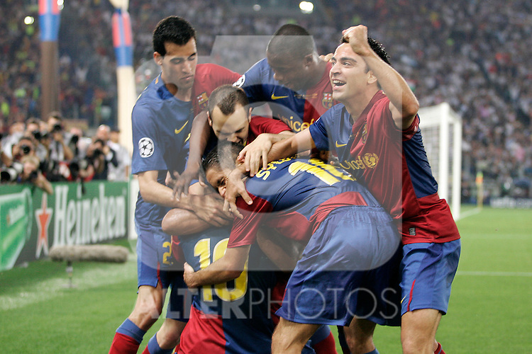 FC Barcelona's Sergi Busquets, Andres Iniesta,Toure Yaya,Sylvinho,Lionel Messi and Xavi Hernandez celebrate goal during the UEFA Champiosn League Final match in Roma.May 27 2009. (ALTERPHOTOS/Acero).