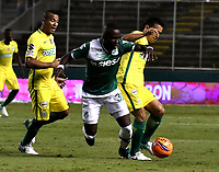 CALI - COLOMBIA - 14 - 06 - 2017: Kevin Balanta (Izq.) jugador de Deportivo Cali disputa el balón con Diego Arias (Der.) jugador de Atletico Nacional, durante partido de ida de la final entre Deportivo Cali y Atletico Nacional, por la Liga Aguila I-2017, jugado en el estadio Deportivo Cali (Palmaseca) de la ciudad de Cali. / Kevin Balanta (L) player of Deportivo Cali vies for the ball with Diego Arias (R) player of Atletico Nacional, during a match of the first leg of the finals between Deportivo Cali and Atletico Nacional, for the Liga Aguila I-2017 at the Deportivo Cali (Palmaseca) stadium in Cali city. Photo: VizzorImage  / Luis Ramirez / Staff.