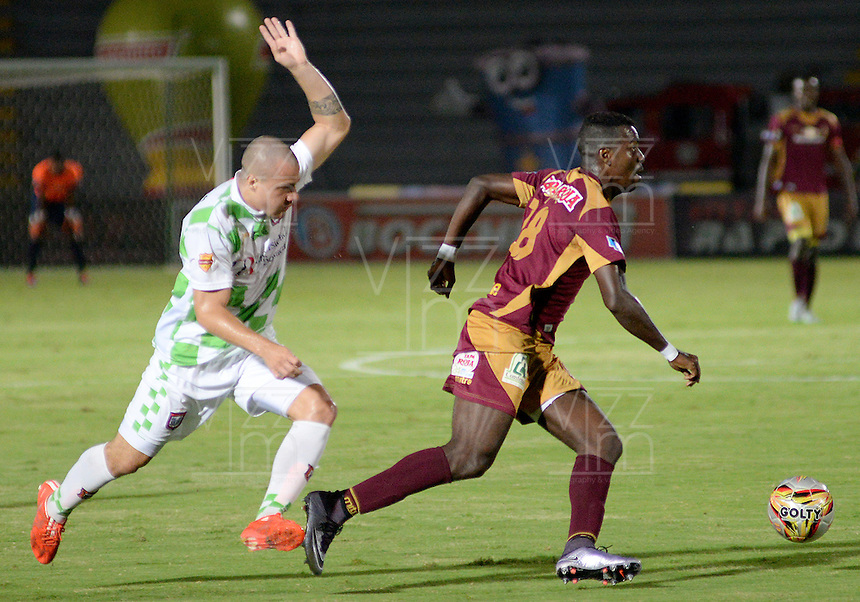 IBAGUÉ -COLOMBIA, 21-12-2014. Marco Perez (Der) jugador de Deportes Tolima disputa el balón con Andres Correa (Izq) jugador del Boyacá Chicó FC por la fecha 6 de la Liga Aguila I 2016 jugado en el estadio Manuel Murillo Toro de la ciudad de Ibagué./ Marco Perez (R) player of  Deportes Tolima vies for the ball with Andres Correa (L) player of Boyaca Chico FC for the date 6 of the Aguila League I 2016 played at Manuel Murillo Toro stadium in Ibague city. Photo: VizzorImage / Juan Carlos Escobar / Str