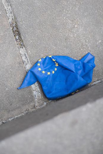 """#EuropaDemo von """"Pulse of Europe"""" am Sonntag den 5. Mai 2019 auf dem Berliner Gendarmenmarkt.<br /> Als Redenerin war u.a. Annegret Kramp-Karrenbauer, Bundesvorsitzende der CDU eingeladen.<br /> Im Bild: Ein geplatzter Europa-Luftballon.<br /> 5.5.2019, Berlin<br /> Copyright: Christian-Ditsch.de<br /> [Inhaltsveraendernde Manipulation des Fotos nur nach ausdruecklicher Genehmigung des Fotografen. Vereinbarungen ueber Abtretung von Persoenlichkeitsrechten/Model Release der abgebildeten Person/Personen liegen nicht vor. NO MODEL RELEASE! Nur fuer Redaktionelle Zwecke. Don't publish without copyright Christian-Ditsch.de, Veroeffentlichung nur mit Fotografennennung, sowie gegen Honorar, MwSt. und Beleg. Konto: I N G - D i B a, IBAN DE58500105175400192269, BIC INGDDEFFXXX, Kontakt: post@christian-ditsch.de<br /> Bei der Bearbeitung der Dateiinformationen darf die Urheberkennzeichnung in den EXIF- und  IPTC-Daten nicht entfernt werden, diese sind in digitalen Medien nach §95c UrhG rechtlich geschuetzt. Der Urhebervermerk wird gemaess §13 UrhG verlangt.]"""