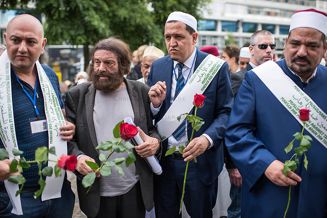 Der &quot;Marsch der Muslime gegen Terrorismus&quot; am Sonntag den 9. Juli 2017 in Berlin.<br /> Etwa sechzig Imame aus Frankreich und anderen europaeischen Laendern, darunter auch sechs Imame aus Berlin werden ab dem 9. Juli 2017 in europaeische Staedte fahren, wo es in den letzten Jahren besonders schwere islamistisch motivierte Terroranschlaege gegeben hat.In Berlin versammelten sie sich zusammen mit Mitgliedern der christlichen und juedischen Gemeinde an der Kaiser-Wilhelm-Gedaechtnis-Kirche in Berlin-Charlottenburg wo im Dezember 2016 einen Anschlag auf den Weihnachtsmarkt gegeben hatte.<br /> Der franzoesische Imam Hassen Chalghoumi aus dem Pariser Vorort Drancy engagiert sich seit vielen Jahren fuer ein friedliches Miteinander der Religionen, insbesondere im Verhaeltnis der Muslime zum Judentum. Zusammen mit seinem Freund, dem juedischen Schriftsteller Marek Halter, der seit Jahrzehnten in gleicher Weise engagiert ist hat er den &quot;Marche des musulmans contre le terrorisme&quot; initiert. Sie wollen nach Bruessel, Paris, St.-Etienne-du-Rouvray, Toulouse und Nizza und dort oeffentlich fuer die Opfer beten und gegen einen Missbrauch des Islam durch Terroristen und menschenfeindliche Gruppen eintreten.<br /> Die Evangelische Kirche Berlin-Brandenburg-schlesische Oberlausitz unterstuetzt das Anliegen der &quot;Marche des musulmans contre le terrorisme&quot;. Der Landesbischof Dr. Markus Droege hat an dem Gebet der Muslime auf dem Breitscheidplatz als Gast teilgenommen und einen Segen fuer die Teilnehmer ausgesprochen.<br /> Im Bild: 2.vl. Marek Halter; 3.vl. Imam Chalghoumi.<br /> 9.7.2017, Berlin<br /> Copyright: Christian-Ditsch.de<br /> [Inhaltsveraendernde Manipulation des Fotos nur nach ausdruecklicher Genehmigung des Fotografen. Vereinbarungen ueber Abtretung von Persoenlichkeitsrechten/Model Release der abgebildeten Person/Personen liegen nicht vor. NO MODEL RELEASE! Nur fuer Redaktionelle Zwecke. Don't publish without copyright Christian-Ditsch.de, Ve
