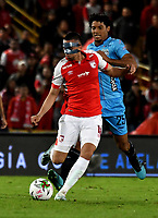 BOGOTÁ-COLOMBIA, 20-10-2019: Daniel Giraldo de Independiente Santa Fe y Juan Pereira de Unión Magdalena disputan el balón, durante partido de la fecha 18 entre Independiente Santa Fe y Unión Magdalena, por la Liga Águila II 2019, jugado en el estadio Nemesio Camacho El Campín de la ciudad de Bogotá. / Daniel Giraldo of Independiente Santa Fe and Juan Pereira of Union Magdalena fight for the ball, during a match of the 18th date between Independiente Santa Fe and Union Magdalena, for the Aguila Leguaje II 2019 played at the Nemesio Camacho El Campin Stadium in Bogota city, Photo: VizzorImage / Luis Ramírez / Staff.