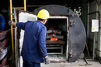 Arezzo: un operaio all'interno dello stabilimento Chimet controlla un forno utilizzato per bruciare materiali di scarto da dove si ricaveranno metalli preziosi. L'azienda recupera metalli preziosi (oro, platino, palladio, iridio, argento) da materiali di scarto come catalizzatori di marmitte, batterie, contatti elettrici di cellulari, computer o materiali di scarto industriale.<br /> <br /> <br /> Arezzo: The Chimet company recovers precious metals (gold, platinum, palladium, iridium, silver) from waste materials such as catalysts, mufflers, batteries, electrical contacts to phones, computers or industrial waste materials.