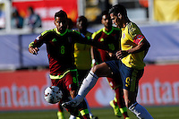 RANCAGUA- CHILE - 14-06-2015:Radamel Falcao Garcia (Der.) jugador de Colombia, disputa el balón con Tomas Rincon (Izq.) jugador de Venezuela durante partido Colombia y Venezuela, por la fase de grupos, Grupo C, de la Copa America Chile 2015, en el estadio El Teniente en la Ciudad de Rancagua. / Radamel Falcao Garcia (R) player of Colombia, vies for the ball with Tomas Rincon (L) player of Venezuela, during a match between Colombia and Venezuela for the group phase, Group C, of the Copa America Chile 2015, in the El Teniente stadium in Rancagua city. Photos: VizzorImage /  Photosport / Marcelo Hernandez/ Cont.