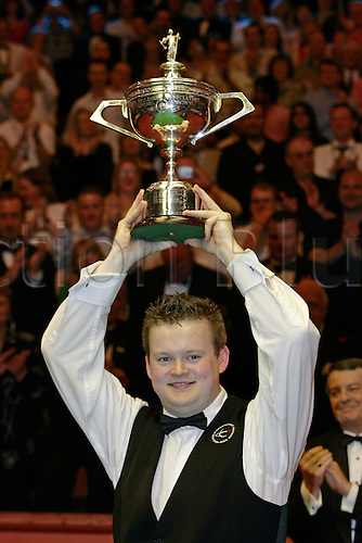 2 May 2005: Young English player Shaun Murphy lifts the Trophy following his win against Stevens in the Final of the Embassy World  Snooker Championships held at the Crucible Theatre, Sheffield. Murphy was a 150-1 outsider at the start of the tournament and is the first qualifier to win the world title since 1979 by beating Stevens 18-16 in the final. Photo: Neil Tingle/Action Plus..050502 cup winner wins winning victory joy celebration celebrates celebrating