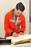 Mannheims Sinan Akdag (Nr.7) tragt sich ins goldene Buch der Stadt Mannheim ein beim Empfang bei der Stadt Mannheim fuer die Spieler, der olympischen Silbermedaillen Gewinner von den Adlern Mannheim.<br /> <br /> Foto &copy; PIX-Sportfotos *** Foto ist honorarpflichtig! *** Auf Anfrage in hoeherer Qualitaet/Aufloesung. Belegexemplar erbeten. Veroeffentlichung ausschliesslich fuer journalistisch-publizistische Zwecke. For editorial use only.