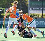 BLOEMENDAAL   - Hockey -  2e wedstrijd halve finale Play Offs heren. Bloemendaal-Amsterdam (2-2) A'dam wint shoot outs.  Valentin Verga (A'dam) gaat onderuit tegen Jasper Brinkman (Bldaal) en Tim Jenniskens (Bldaal) .   COPYRIGHT KOEN SUYK