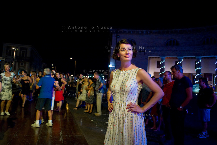 Senigallia, Agosto 2013. Una ragazza vestita stile anni 60 in una piazza di Senigallia durante il Festival Summer Jamboree.