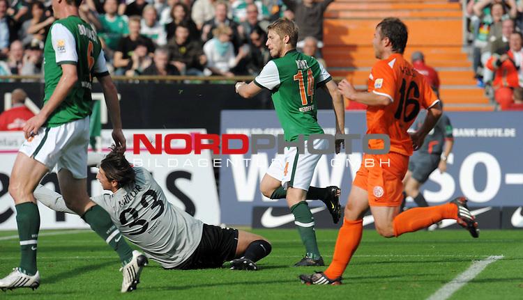 FBL 09/10  07. Spieltag Hinrunde / Weser Stadion<br /> Werder Bremen - Mainz05<br /> <br /> 1:0 durch Aaron Hunt ( Bremen GER #14 ) nach Vorlage von Philipp Bargfrede ( Bremen / GER #44 ) - Heinz M&uuml;ller (Mainz #33) schaut hinterher, li Tim Borowski (Bremen GER #6) und re Florian Heller (Mainz #16)<br /> <br /> Foto &copy; nph ( nordphoto )