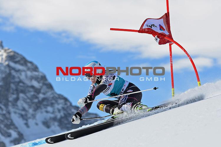 ST MORITZ, SWITZERLAND - DECEMBER 15: Julia Mancuso of the USA  during the Audi FIS Alpine Ski World Cup giant slalom race on December 15 2013 in St Moritz, Switzerland. <br /> Foto nph / Gunn