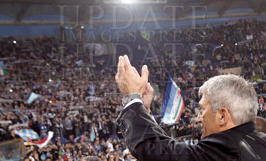 Calcio, Serie A: Lazio vs Roma. Roma, stadio Olimpico, 11 novembre 2012..Lazio coach Vladimir Petkovic, of Bosnia, greets fans at the end of the Italian Serie A football match between Lazio and AS Roma, at Rome's Olympic stadium, 11 November 2012. Lazio won 3-2..UPDATE IMAGES PRESS/Riccardo De Luca