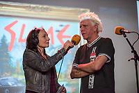 Die Punk-Band Slime spielte am Dienstag den 27. September 2017 in der Dachlounge des Berliner Radiosender &quot;radio1&quot;. Anlass war das Erscheinen der Platte &quot;Hier und jetzt&quot; am 29. September 2017.<br /> Im Bild vlnr.: radio1-Moderatorin Marion Brasch und Slime-Saenger Dirk Jora.<br /> 27.9.2017, Berlin<br /> Copyright: Christian-Ditsch.de<br /> [Inhaltsveraendernde Manipulation des Fotos nur nach ausdruecklicher Genehmigung des Fotografen. Vereinbarungen ueber Abtretung von Persoenlichkeitsrechten/Model Release der abgebildeten Person/Personen liegen nicht vor. NO MODEL RELEASE! Nur fuer Redaktionelle Zwecke. Don't publish without copyright Christian-Ditsch.de, Veroeffentlichung nur mit Fotografennennung, sowie gegen Honorar, MwSt. und Beleg. Konto: I N G - D i B a, IBAN DE58500105175400192269, BIC INGDDEFFXXX, Kontakt: post@christian-ditsch.de<br /> Bei der Bearbeitung der Dateiinformationen darf die Urheberkennzeichnung in den EXIF- und  IPTC-Daten nicht entfernt werden, diese sind in digitalen Medien nach &sect;95c UrhG rechtlich geschuetzt. Der Urhebervermerk wird gemaess &sect;13 UrhG verlangt.]