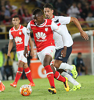 BOGOTÁ -COLOMBIA, 16-02-2016. Carlos Ibarguen (Izq) jugador del Independiente Santa Fe de Colombia disputa el balón con Jonathan Santana (Der) jugador de Cerro Porteño del Paraguay durante partido de la seguda fase  grupo ocho de la Copa Libertadores de America 2016 jugado en el estadio Nemesio Camacho El Campín de la ciudad de Bogotá./ Carlos Ibarguen  (L) player of Independiente Santa Fe of Colombia  fights for the ball with Jonathan Santana (R) player of Cerro Porteno of Paraguay  during second qualifying Group eight the match for the Copa Libertadores of America 2016 played at Nemesio Camacho El Campin stadium in Bogotá city. Photo: VizzorImage/ Felipe Caicedo  / Staff