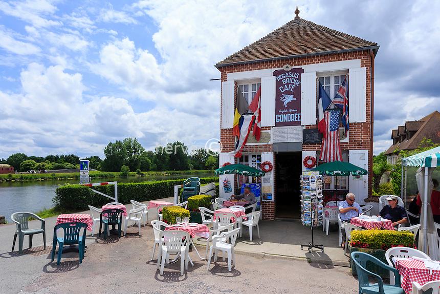 France, Calvados (14), Ranville, le café Gondrée à côté de Pegasus Bridge ou pont de Bénouville // France, Calvados, Ranville, near Pegasus Bridge, Gondree cafe