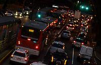 SAO PAULO, 18 DE MAIO DE 2012 - TRANSITO SP - Transito na avenida 9 de Julho, no fim da tarde desta sexta feira. FOTO: ALEXANDRE MOREIRA - BRAZIL PHOTO PRESS