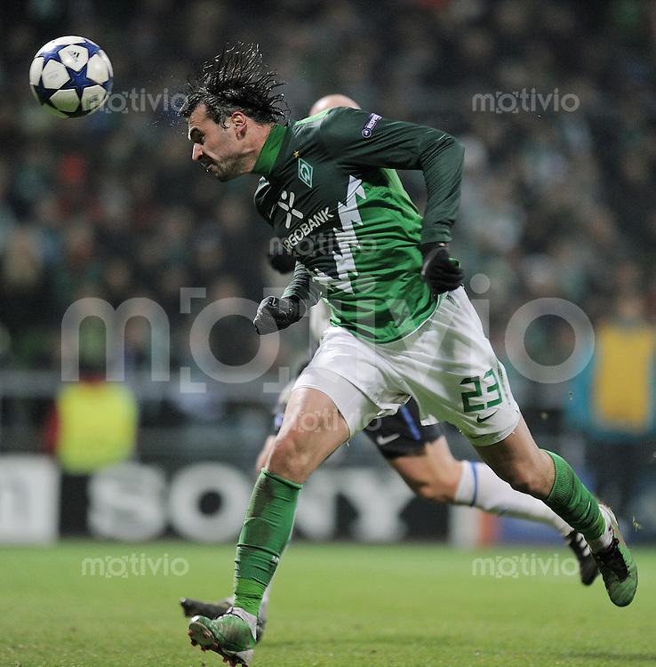 FUSSBALL   CHAMPIONS LEAGUE   SAISON 2010/2011  GRUPPE  A    07.12.2010 SV Werder Bremen - Inter Mailand Hugo Almeida (SV Werder Bremen)  am Ball