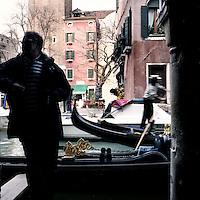 Venezia: gondolieri a lavoro..Venice: gondoliers at work