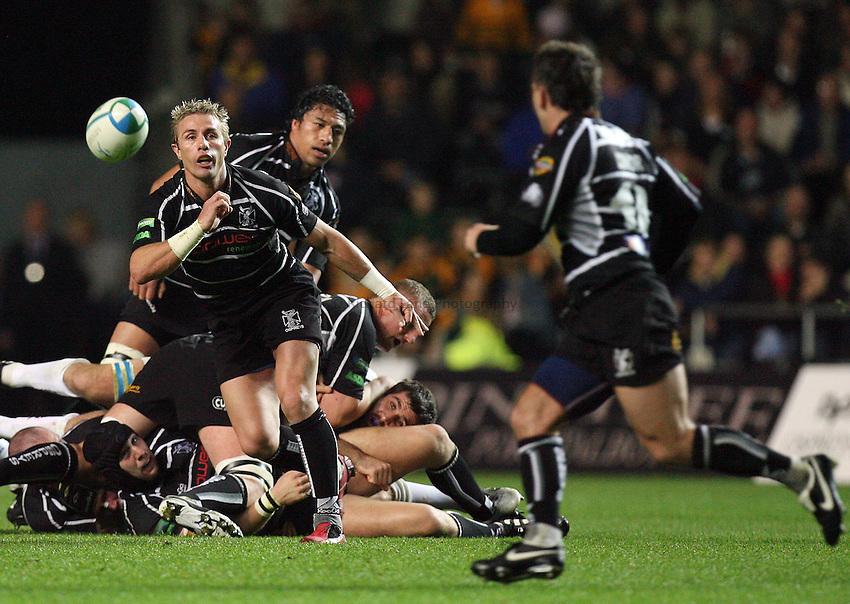 Photo: Rich Eaton...Ospreys v Sale Sharks. Heineken Cup. 20/10/2006. Justin Marshall of Ospreys passes