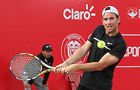 BOGOTA- COLOMBIA 25-07-2015: Adrian Mannarino de Francia, devuelve la bola a Ivo Karlovic de Croacia, durante partido del ATP Claro Open Colombia de Tenis en las canchas del Centro de Alto rendimiento en Altura en la ciudad de Bogota. / Adrian Mannarino of France returns the ball to Ivo Karlovic of Croatia during a match to the ATP Claro Open Colombia of Tennis in the courts of the High Performance Center in Altura in Bogota City. Photo: VizzorImage  / Cont.