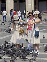 Italien, Lombardei, Mailand: Tauben füttern auf der Piazza del Doumo | Italy, Milan: feeding doves at Piazza del Doumo