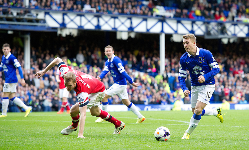 Everton's Gerard Deulofeu puts Arsenal's Per Mertesacker under pressure<br /> <br /> Photo by Stephen White/CameraSport<br /> <br /> Football - Barclays Premiership - Everton v Arsenal - Sunday 6th April 2014 - Goodison Park - Liverpool<br /> <br /> &copy; CameraSport - 43 Linden Ave. Countesthorpe. Leicester. England. LE8 5PG - Tel: +44 (0) 116 277 4147 - admin@camerasport.com - www.camerasport.com
