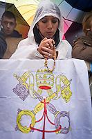 Una donna prega con la bandiera del vaticano durante il secondo giorno di coclave. Papa Francesco viene eletto come successore di San Pietro Marzo 14, 2013. Photo: Adamo Di Loreto/BuenaVista*photo