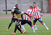 ITAGÜI - COLOMBIA -27-04-2014: Yessy Mena (Izq.) jugador de Itagüi disputa el balón con Cesar Fawcett (Der.) jugador de Atletico Junior durante partido de ida Itagüi y Atletico Junior por los curators de final de la Liga Postobon I 2014 en el estadio Ditaires de la ciudad de Itagüi. / Yessy Mena (L) player of Itagüi fights for the ball with Cesar Fawcett (R) player of Atletico Junior during a match for the first round Itagüi and Atletico Junior for the quarter of finals of the Liga Postobon I 2014 at the Ditaires stadium in Itagüi city. Photo: VizzorImage / Luis Rios / Str.