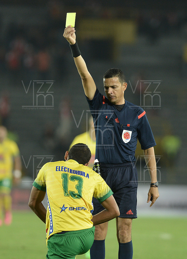 BOGOTÁ -COLOMBIA, 27-03-2016. Jorge Sierra, arbitro, muestra la tarjeta amarilla a Eder Castañeda durante partido aplazado entre Independiente Santa Fe y Atlético Huila por la fecha 8 de la Liga Aguila I 2016 jugado en el estadio Nemesio Camacho El Campin de la ciudad de Bogota. / Jorge Sierra, referee, swows the yellow card to Eder Castañeda during postponed match between Independiente Santa Fe and Atletico Huila for the date 8 of the Liga Aguila I 2016 played at the Nemesio Camacho El Campin Stadium in Bogota city. Photo: VizzorImage/ Gabriel Aponte / Staff
