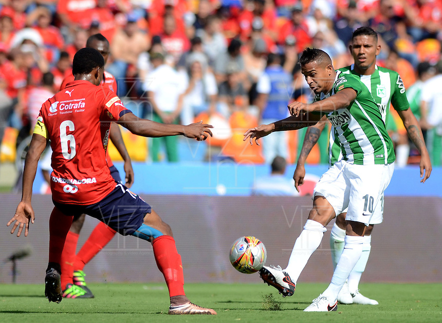 MEDELLÍN -COLOMBIA-20-03-2016. Didier Moreno (Izq) jugador de Independiente Medellín disputa el balón con Macnelly Torres (Der) de Nacional durante el encuentro entre Independiente Medellín y Atlético Nacional por la fecha 10 de la Liga Águila I 2016 jugado en el estadio Atanasio Girardot de la ciudad de Medellín./ Didier Moreno (L) player of Medellin vies for the ball with Macnelly Torres (R) player of Nacional during the match between Independiente Medellin and Atletico Nacional during match for the date 10 of Aguila League I 2016 played at Atanasio Girardot stadium in Medellin city. Photo: VizzorImage/ León Monsalve /Str