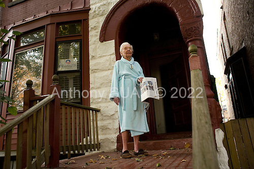 Chicago, Illinois.November 4, 2008.USA..On election day a local residents stands on her stoop to watch Senator and Presidential hopeful Barack Obama come out from voting in a school in Hyde Park.