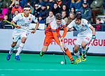 ROTTERDAM - Jelle Galema (NED)  tussen Josep Romeu (Spain) en Enrique Gonzalez (Spain)   tijdens   de Pro League hockeywedstrijd heren, Nederland-Spanje (4-0) . COPYRIGHT KOEN SUYK