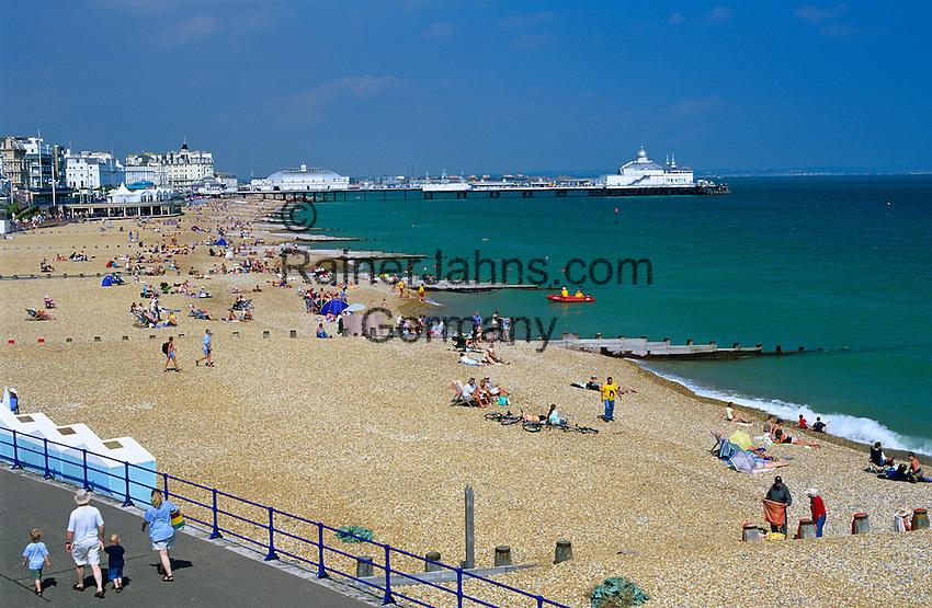 United Kingdom, England, East Sussex, Eastbourne: View along pebble beach to pier | Grossbritannien, England, East Sussex, Eastbourne: der Kieselstein-Strand, im Hintergrund die Pier