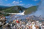 Poluição das águas do Rio Tietê e depósito de lixo em Pirapora. São Paulo. 2000 Foto de Juca Martins.