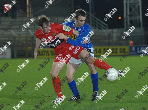 2008-01-26 / Voetbal / K.F.C. Verbroedering Geel - K.V. Oostende / Niels Bekkema van Geel in de rug van Laurent Gomez van Oostende..Foto: Maarten Straetemans (SMB)