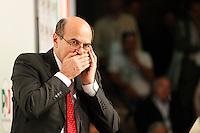 NAPOLI 15/06/2012 CONFERENZA NAZIONALE PER IL LAVORO DEL PARTITO DEMOCRATICO.NELLA FOTO PIER LUIGI BERSANI AL TELEFONO.FOTO CIRO DE LUCA.