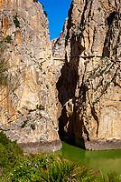 Spanien, Andalusien, Provinz Málaga, bei El Chorro: Garganta del Chorro, Schlucht von mehr als 180 m Tiefe, Fluss Guadalhorce, der Camino del Rey (Koenigsweg) fuehrt ueber die Buecke der Schlucht | Spain, Andalusia, Province Málaga, near El Chorro: Garganta del Chorro, more than 180 m deep and river Guadalhorce