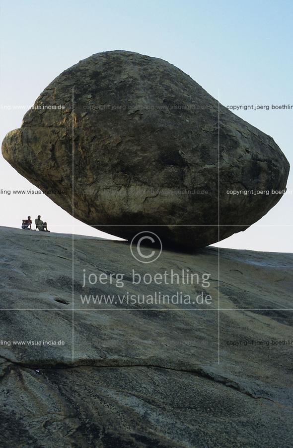 INDIA, Krishna s Butterball in Mahabalipuram, a large granite boulder well balanced / INDIEN, Krishnas Butterball in Mahabalipuram
