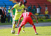 BUCARAMANGA-COLOMBIA-29-10-2016. Jair Palacios (Izq) jugador del Atlético Bucaramanga disputa el balón con Cesar Hinestroza (Der) jugador de Cortulúa durante partido por la fecha 18 de la Liga Águila II 2016 jugado en el estadio Alfonso López de la ciudad de Bucaramanga./ Jair Palacios (L) player of Atletico Bucaramanga struggles the ball with Cesar Hinestroza (R) player of Cortulua during match for the date 18 of the Aguila League II 2016 played at Alfonso Lopez stadium in Bucaramanga city. Photo: VizzorImage / Duncan Bustamante / Cont