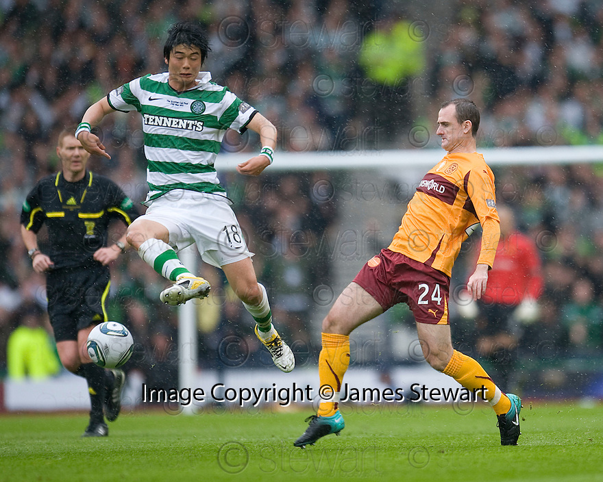 :: CELTIC'S KI SUNG-YUENG AVOIDS A CHALLENGE FROM MOTHERWELL'S FRANCIS JEFFERS   ::