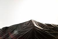 21.02.2014. Napoli, Campania, Italia. Taverna del Re i Giuliano nord for Napoli er en midlertidig og lovlig avfallsplass. Her er alle mulige slags typer avfall kastet, og man har ingen plan for hvordan man skal avslutte denne metoden for lagring. Søppelet er dekket med plastduker for å hindre at regnvann filtreres gjennom søppelet og går ned i grunnvannet. Bilder til magasinsak om Campania regionen.  Foto: Christopher Olssøn