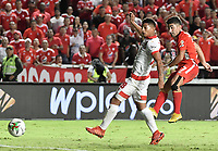 CALI - COLOMBIA, 28-11-2019: Matias Pisano del América dispara para anotar el primer gol de su equipo partido por la fecha 6, cuadrangulares semifinales, de la Liga Águila II 2019 entre América de Cali e Independiente Santa Fe jugado en el estadio Pascual Guerrero de la ciudad de Cali. / Matias Pisano of America shoots to score the first goal of his team during match for the date 6, quadrangular semifinals, as part of Aguila League II 2019 between America de Cali and Independiente Santa Fe played at Pascual Guerrero stadium in Cali. Photo: VizzorImage / Gabriel Aponte / Staff