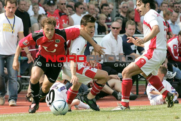 BL 2004/2005 -  Freundschaftsspiel<br /> <br /> Hannover 96- CSKA Sofia<br /> <br /> Steve Cherundolo von Han96 gegen Emil Gargorov.<br /> <br /> Foto &not;&copy; nordphoto <br /> <br />  *** Local Caption *** Foto ist honorarpflichtig! zzgl. gesetzl. MwSt.<br />  Belegexemplar erforderlich<br /> Adresse: nordphoto<br /> Georg-Reinke-Strasse 1<br /> 49377 Vechta