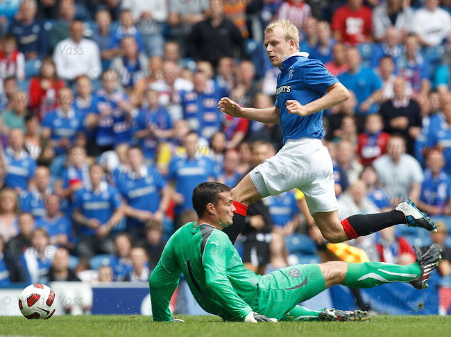 Steven Naismith scores past Newcastle Utd keeper Steve Harper