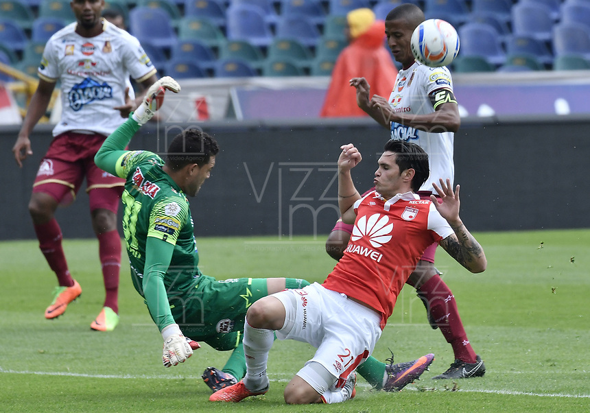 BOGOTÁ - COLOMBIA, 03-11-2018: Ruben Betancourt (Der.) jugador de Santa Fe disputa el balón con Alvaro Montero (Izq.) arquero del Tolima durante el encuentro entre Independiente Santa Fe y Deportes Tolima por la fecha 18 de la Liga Águila II 2018 jugado en el estadio Nemesio Camacho El Campin de la ciudad de Bogotá. / Ruben Betancourt (R) player of Santa Fe struggles for the ball with Alvaro Montero (L) goalkeeper of Tolima during match between Independiente Santa Fe and Deportes Tolima for the date 18 of the Aguila League II 2018 played at the Nemesio Camacho El Campin Stadium in Bogota city. Photo: VizzorImage / Gabriel Aponte / Staff
