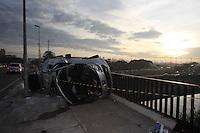 SAO PAULO, SP, 28/05/2012, ACIDENTE PONTE DA CASA VERDE. Um veiculo perdeu a direcao, bateu em um poste e capotou, parando sobre a calcada na Ponte da Casa Verde, o acidente aconteceu na madrugada de hoje (28), nao ha informacao quanto a quantidade de vitimas.  Luiz Guarnieri/ Brazil Photo Press.