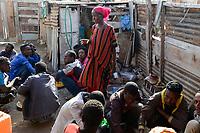 DJIBOUTI , Obock, from here ethiopian migrants try to cross bab el mandeb by boat to Yemen to go on to Saudi Arabia or Europe, the ethiopian woman Amina offers food for migrants in her kitchen / DSCHIBUTI, Obock, Meerenge Bab el Mandeb, mit Hilfe von Schleppern aethiopische Migranten versuchen hier nach Jemen ueberzusetzen, um weiter nach Saudi Arabien oder Europa zu gelangen, die Aethioperin Amina versorgt aethiopische Fluechtlinge mit einer warmen Mahlzeit in ihrer Kueche, mitte Nema Mohammed Hassan