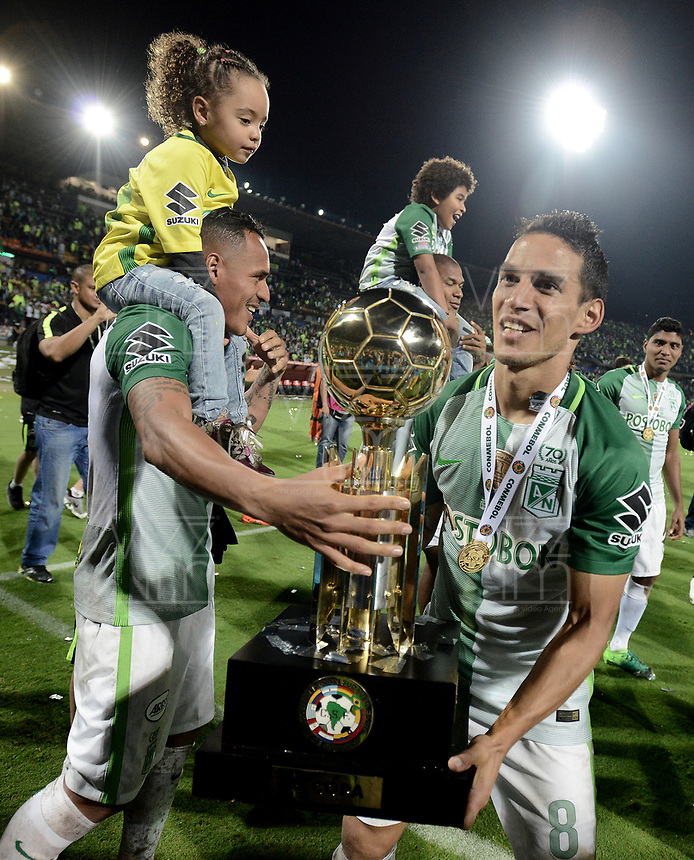 MEDELLÍN -COLOMBIA-10-05-2017: Aldo Leao Ramirez (izq) Diego Arias de Atlético Nacional de Colombia celebra como campeón de la CONMEBOL Recopa Sudamericana 2017después de derrotar a Chapecoense de Brasil en partido de vuelta por la final jugado en el estadio Atanasio Girardot de la ciudad Diego Ariasde Medellín. / Aldo Leao Ramirez and Diego Arias of Atletico Nacional of Colombia celebrates as champions of the CONMEBOL Recopa Sudamericana 2017after defeated to Chapecoense de Brazil in final second leg match played at Atanasio Girardot stadium in Medellin city. Photo: VizzorImage / Gabriel Aponte / Staff