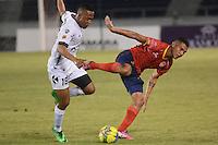 BARRANQUIILLA -COLOMBIA-16-08-2014. Jhon Mendez (Der) de Uniauntónoma disputa el balón con Yonni Hinestrosa (Izq) de La Equidad en partido por la fecha 5 de la Liga Postobón II 2014 jugado en el estadio Metropolitano de la ciudad de Barranquilla./ Uniautonoma player Jhon Mendez (R) fights for the ball with La Equidad player Yonni Hinestrosa (L) during match valid for the 5th date of the Postobon League II 2014 played at Metropolitano stadium in Barranquilla city.  Photo: VizzorImage/Alfonso Cervantes/STR