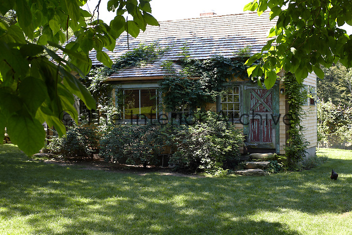 A guest cottage is located in the garden at a discreet distance from the main house